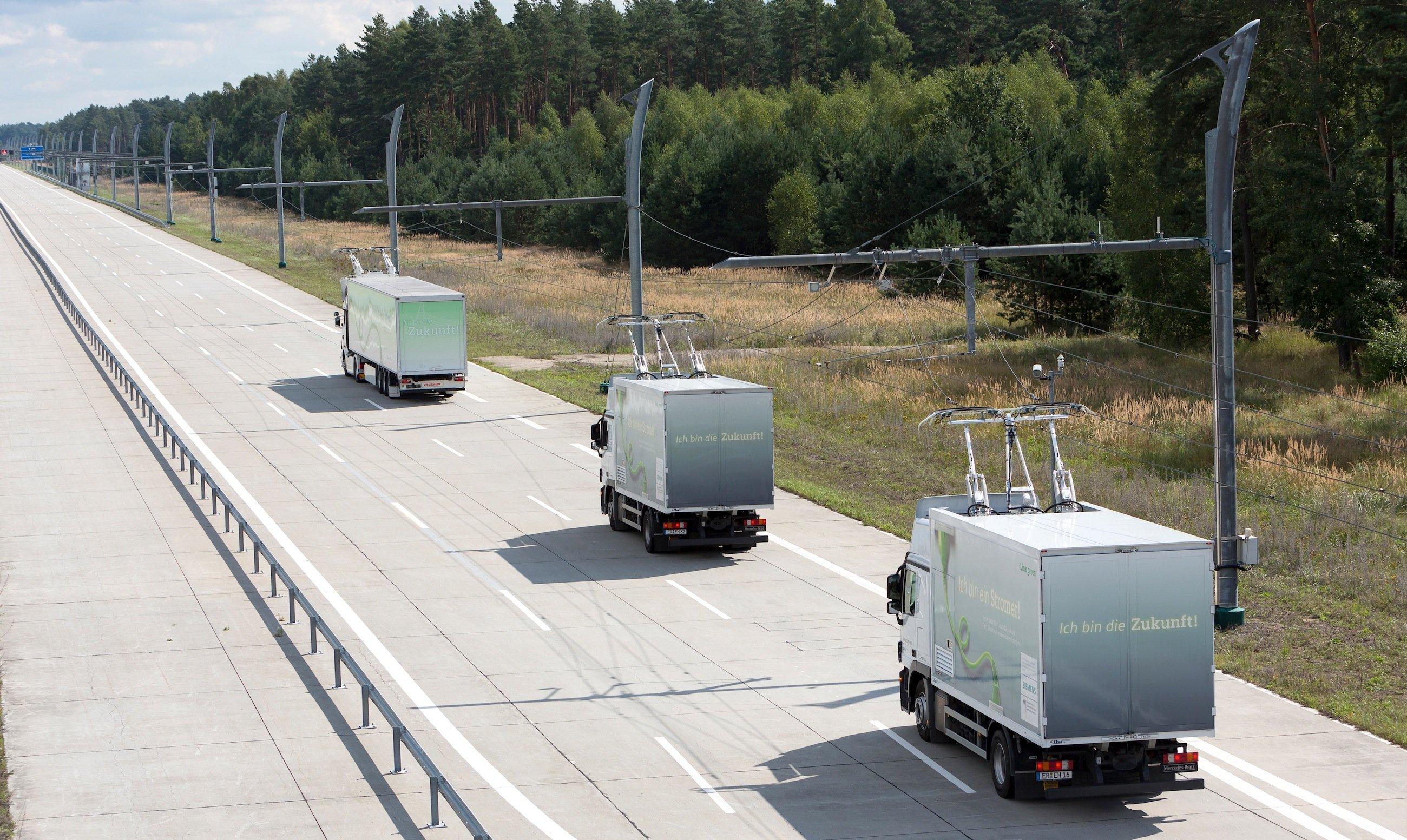 Teststrecke mit Oberleitung in Groß Dölln in Brandenburg: Mit Hybrid-Lkw will Siemens zusammen mit Volvo auf dem Interstate-Highway 710 in den USA zwischen den Häfen an der kalifornischen Küste und dem 30 km entfernten Eisenbahn-Umschlagzentrum einen emissionsfreien Shuttleverkehr mit E-Trucks aufbauen.