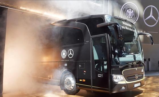 Präsentation des Travego M: Kein Reisebus der Welt ist sicherer. Das 476-PS-starke Kraftpaket kann bei Gefahr jedes Rad einzeln gezielt abbremsen.