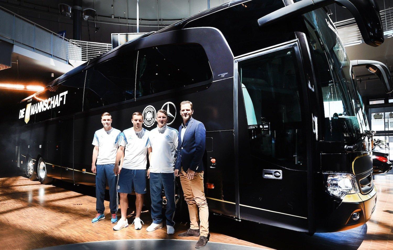 Jonas Hector, Lukas Podolski, Bastian Schweinsteiger und Oliver Bierhoff (v.l.) stellten den neuen Mannschaftsbus der Nationalelf vor.