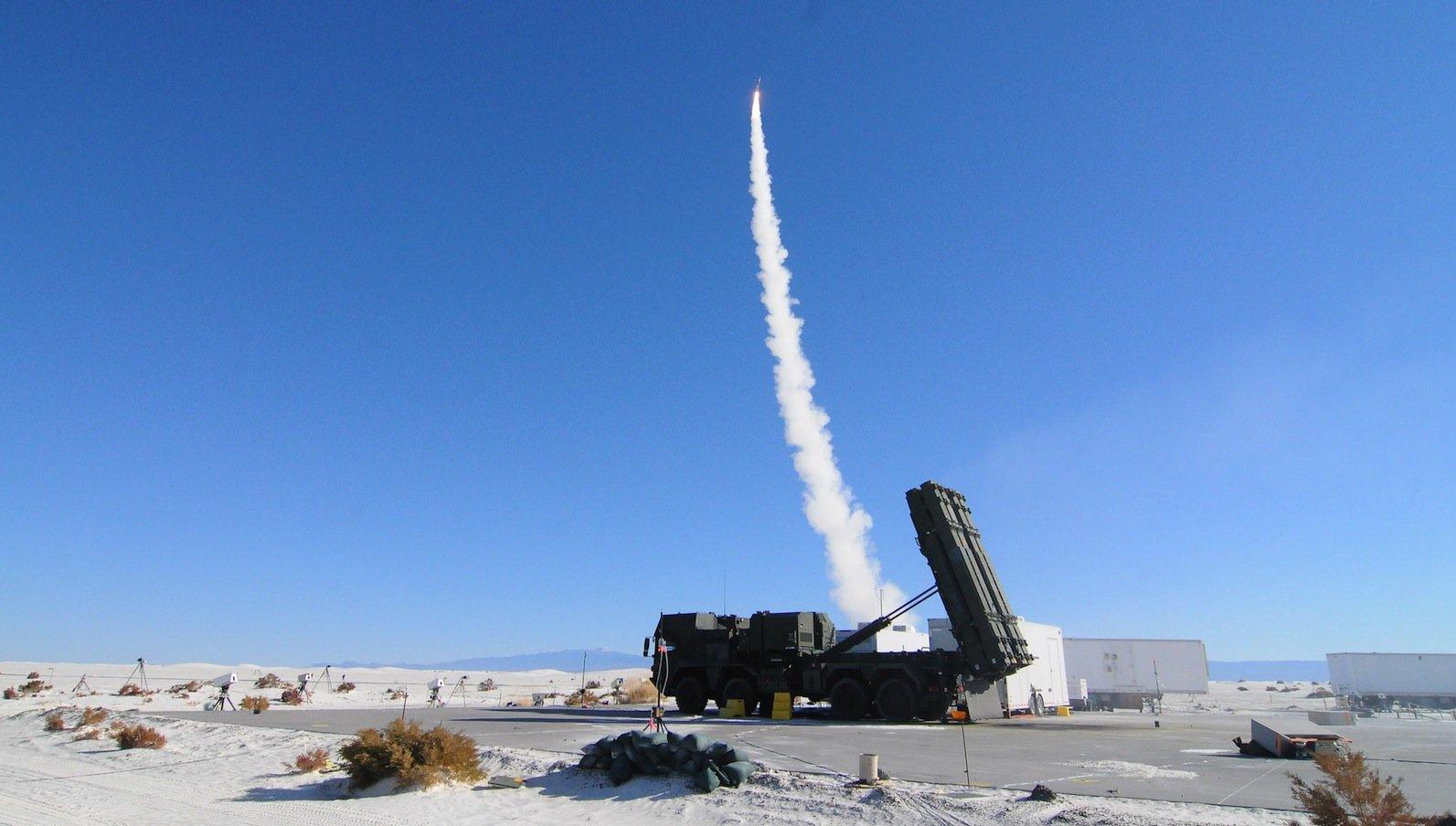 Das Flugabwehrsystem Meads ist bereit für den Test. Im Hintergrund ist eine Rakete vom TypPAC-3 MSE zu sehen. Das Meads-System ist für den Einsatz mehrerer Länder bestimmt und passt deshalb auch auf die verschiedenen militärischen Lkw.