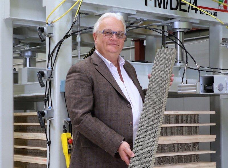 Fredy Iseli mit einer der patentiertenEcocell-Platten in Wabenstruktur in der Hand.