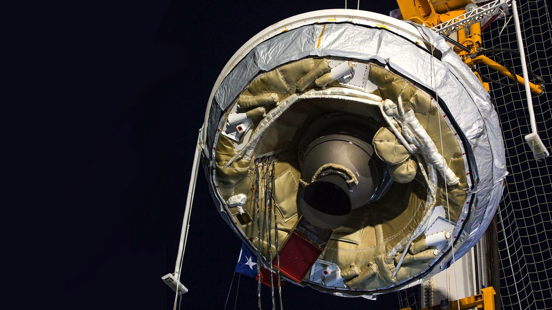 In der Mitte des Nasa-Fallschirms LDSDist die Rakete zu sehen, die das Tandem auf 55 km transportiert hat.