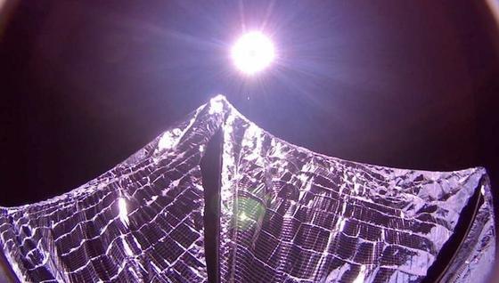 32 Quadratmeter groß ist das Segel aus hauchdünner Folie, das den Satelliten voranbringen soll.