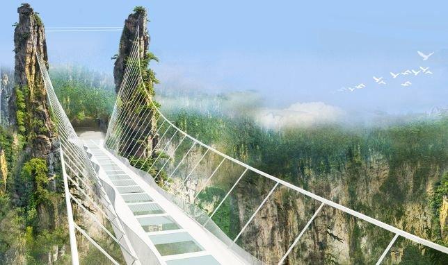 Die Glasbodenbrücke führt über das chinsesische Waldgebiet Wulingyuan, das für seine riesigen Pfeiler-ähnlichen Sandsteinformationen bekannt ist. Einige dieser Formationen dienen nun als natürliche Brückenpfeiler, zwischen die die Stahlseil-Konstruktion gespannt wurde.