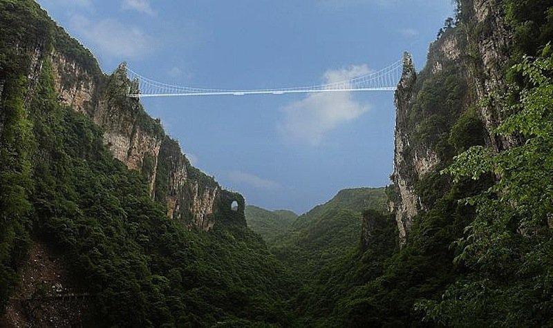Die Brücke führt über eine Schlucht im Zhangjiajie Grand Canyon. Wulingyuan heißt das Waldgebiet, das Regisseur James Cameron für den Planet Pandora in seinem Film Avatar inspiriert haben soll.