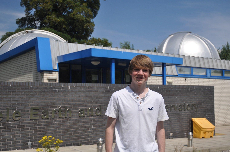 Tom Wagg vor dem Observatorium der Keele-Universität: Der heute 17-jährige Schüler hat den Exoplaneten vor zwei Jahren während eines Praktikums entdeckt.