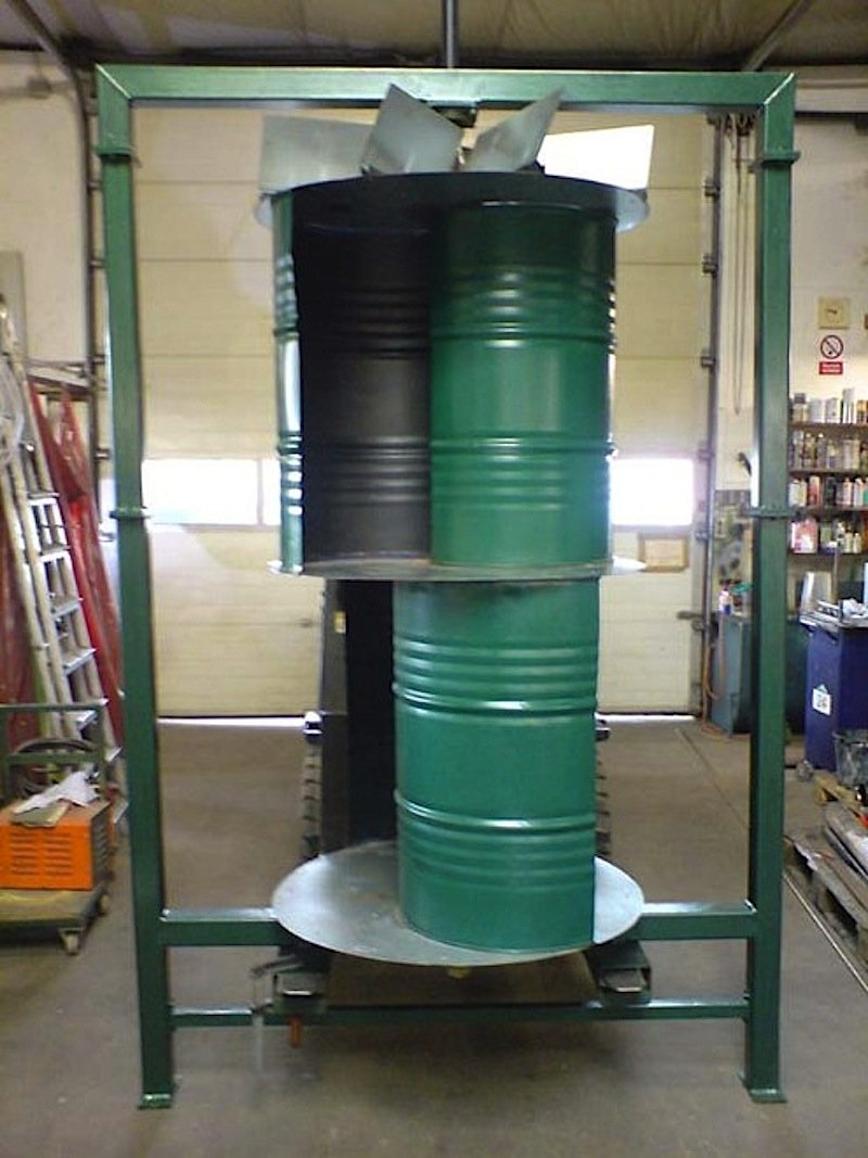 Erste Gehversuche machten die Erfinder mit modifizierten Ölfässern: Sie erreichten eine Nennleistung von drei Kilowatt, benötigten allerdings relativ starken Wind.