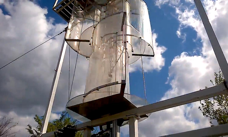 Der Energy Tower: Die Schaufeln bestehen aus durchsichtigem Kunststoff und drehen sich nahezu ohne wahrnehmbares Geräusch.