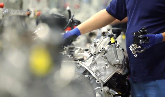 Motorenproduktion bei BMW: Der Autohersteller will Motorenteile mit Kohlenstoffbeschichtungen veredeln. Das soll den Reibungswiderstand reduzieren und Sprit sparen.