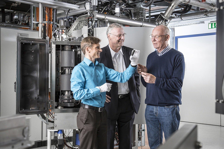 Mit dem Laser-Arc-Verfahren gelingt es den Fraunhofer-Forschern, reibungsmindernde verschleißarme Schichten auf Bauteile aufzubringen. Verschleißteile könnten dann ein ganzes Autoleben überdauern.