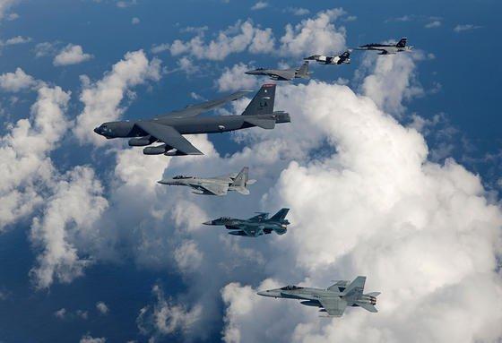 Auch ohne Ladung ein Schwergewicht: Dass die B-52 (Mitte) immer noch fliegt, verdankt sie ihrer Größe, die das Mitführen von 32 Tonnen Bombenlast ermöglicht.