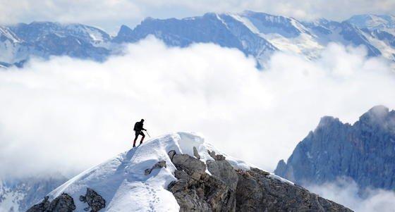"""Bergsteiger auf der Zugspitze in Bayern: Wichtig ist die regelmäßige Kontrolle der CO<custom name=""""sub"""">2</custom>-Konzentration. Die Geräte dazu könnten zukünftig kleiner werden."""