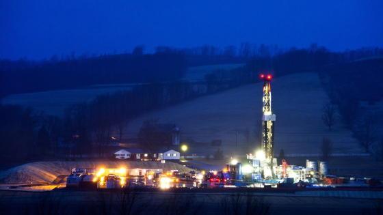 Fracking in Pennsylvania: Den USA ist es gelungen, durch Fracking den Importbedarf für Erdöl drastisch zu reduzieren. Inzwischen steht Fracking aber unter dem Verdacht für die Zunahme von Erdbeben verantwortlich zu sein. Lässt sich dies beweisen und Fracking würde verboten, dürfte das schwerwiegende Folgen für die Energieversorgung des Landes haben.