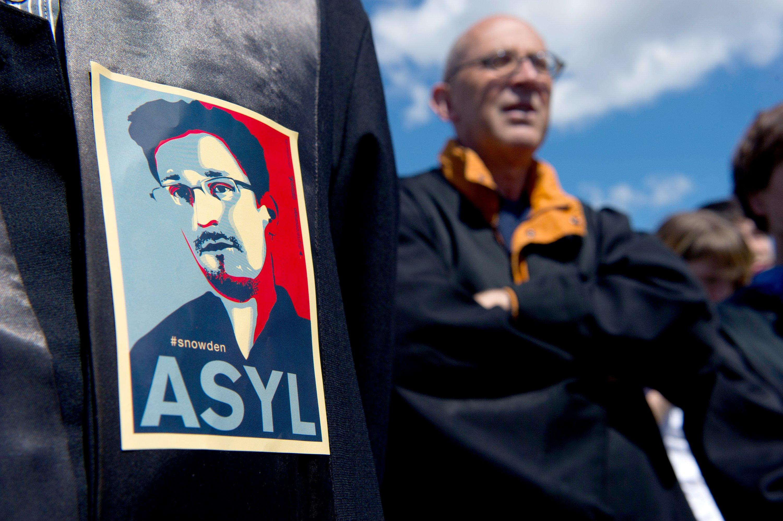 Ein Bild von Edward Snowden klebt am 30. Mai 2015 in Berlin bei der Demonstration gegen Massenüberwachung durch Geheimdienste auf einer Anwaltsrobe. Anlass war der zweiteJahrestag der Enthüllungen von Edward Snowden.