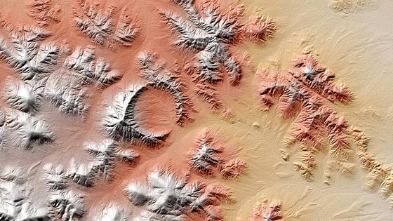 Die kasachische Shunak-Struktur aus dem All hebt sich im TanDEM-X-Höhenprofil mit ihrem rund 400 m hoher Kraterrand selbst inmitten einer hügeligen Umgebung perfekt ab. Vor etwa 45 Millionen Jahren, so schätzen die DLR-Wissenschaftler, entstand der Shunak-Krater mit einem Durchmesser von 2,8 Kilometern.