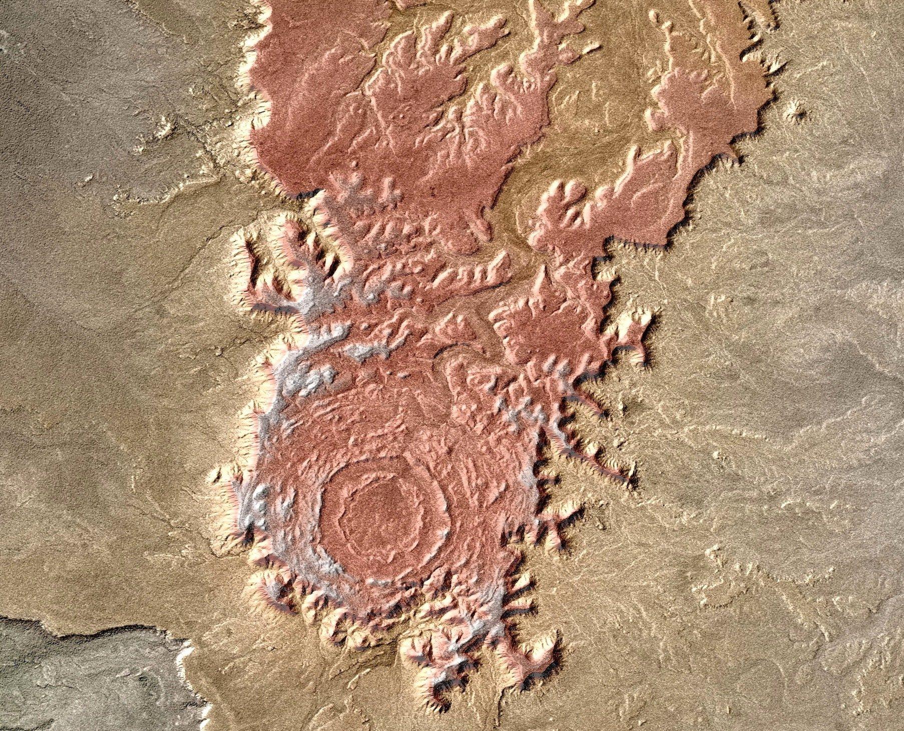 Der Krater Tin Bider im algerischen Teil der Sahara überragt die Umgebung. Er besteht aus unterschiedlichen Gesteinsschichten, die im Lauf der Zeit ebenso unterschiedlich stark erodierten. Das dreidimensionale Höhenmodell hat das Deutsche Zentrum für Luft- und Raumfahrt (DLR) auj den Daten der deutschen Radarsatelliten TerraSAR-X und TanDEM-X berechnet.