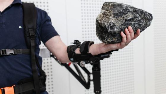 Das Exoskelett unterstützt beim Heben schwerer Lasten. Das schont den Körper des Industriearbeiters.