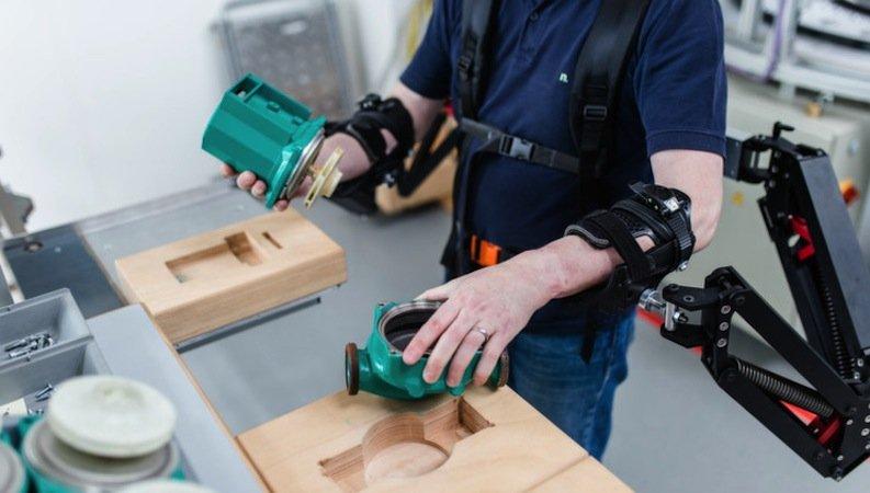 Jeden Tag die gleichen Handgriffe: Das belastet auf Dauer den Körper – 44 Millionen Arbeiter leiden an Erkrankungen von Muskeln und Skelett.