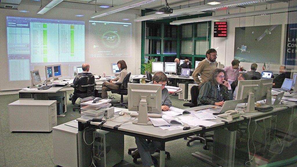 Blick in das Rosetta-Lander-Kontrollzentrum des DLR in Köln, von dem aus die zehn Instrumente der Landeeinheit Philae gesteuert werden.
