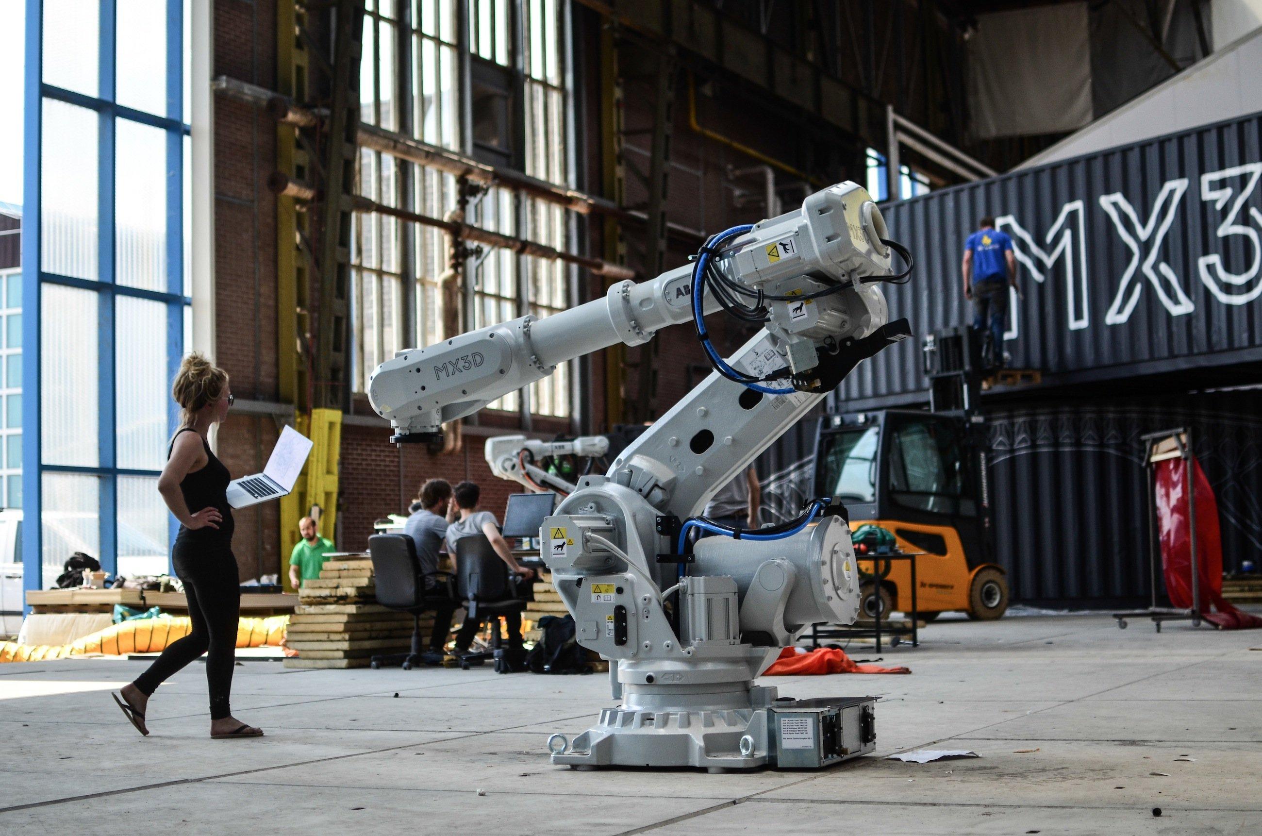 Roboter MX3D mit 3D-Drucker für Stahl: Zwei Monate sollen zwei Roboter benötigen, um eine Fußgängerbrücke über eine Gracht in Amsterdam zu bauen. 2017 soll die Stahlbrücke entstehen.