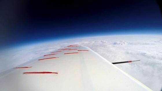 Unbemannter Flug durch die Stratosphäre: Per Ballon wurde das Segelflugzeug in 20 km Höhe gebracht und dort automatisch in den stabilen GLeitflug überführt – der erste erfolgreiche Flug dieser Art in Europa. Nach über einer Stunde und rund 170 km Strecke kehrte der Gleiter wieder automatisch zum Startplatz zurück.