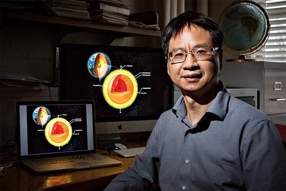 Professor Xiaodong Song von der University of Illinois hat durch seismische Messungen den Kern im Erdkern entdeckt.