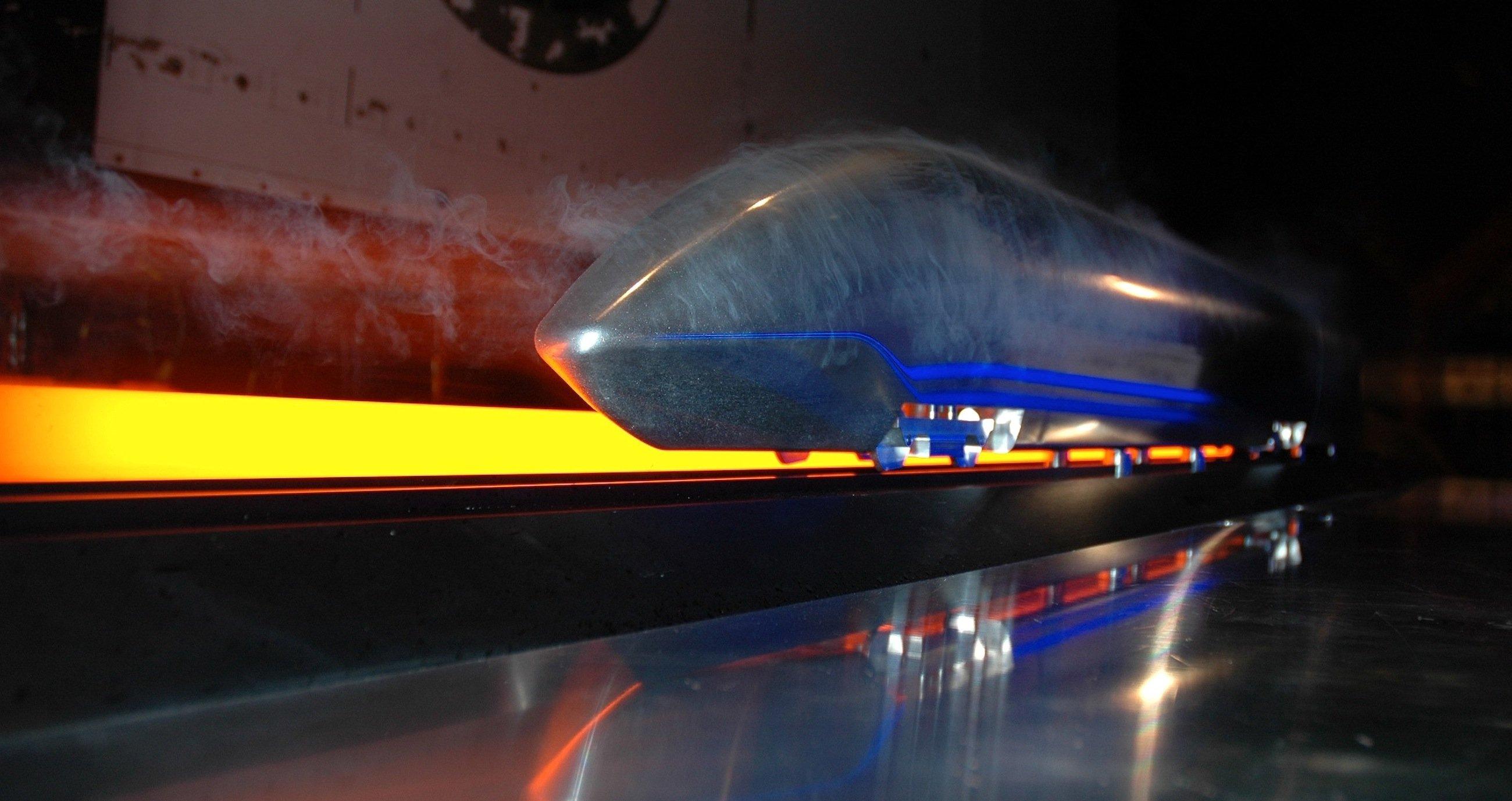 Mit 400 km/h, trotzdem leise und doppelstöckig sollen Hochgeschwindigkeitszüge nach Vorstellung des DLR künftig fahren. Gleichzeitig soll der Energiebedarf um 50 % sinken. Auf Basis dieses Konzeptzuges hat das DLR einen Schnellzug für die britische Bahn entworfen.