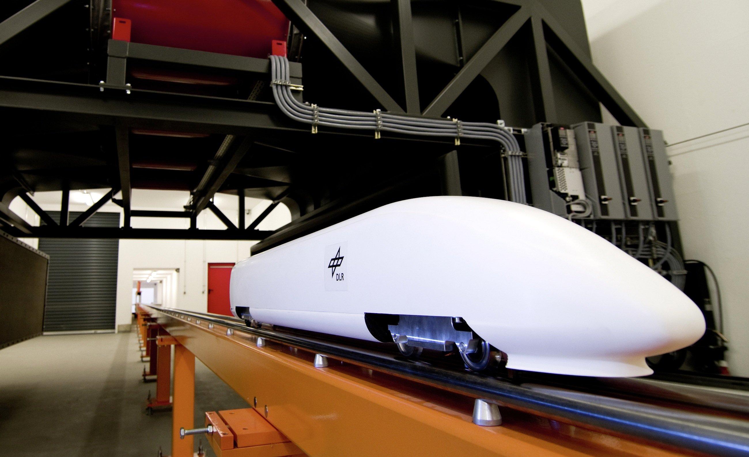 In der neuen Tunnelsimulationsanlage im Deutschen Zentrum für Luft- und Raumfahrt in Göttingen wird das Fahrverhalten von Hochgeschwindigkeitszügen unter bislang unerreichten realistischen Bedingungen getestet.