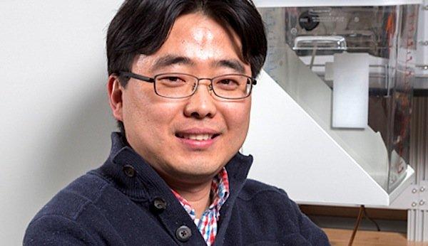 Der 1977 in Südkoreo geborene Seokheun Choi arbeitet und forscht derzeit alsAssistenzprofessor für Elektroingenieurswesen an der Universität Binghampton in den USA.In den Vereinigten Staaten hat er sich bereits zwei Erfindungen patentieren lassen.Seine neue Batterie hat er entwickelt, um damit papierbasierte Sensoren einfach und preiswert mit Energie zu versorgen.