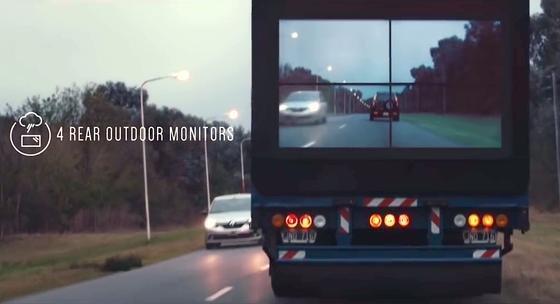 Samsungs Safety Truck verfügt über ein Display, das den Blick auf den Verkehr vor dem Lkw ermöglicht. Dadurch weiß der Hintermann, ob er überholen kann.