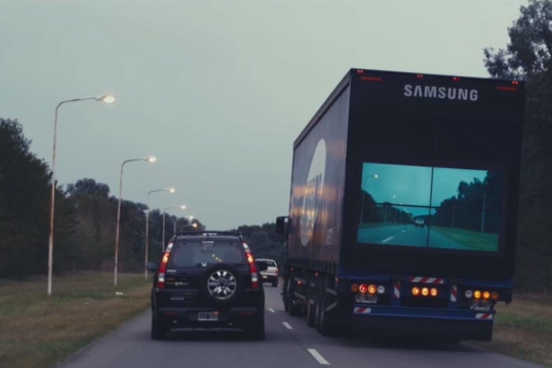Das Display auf der Rückfront des Lkw ist mit einer Frontkamera verbunden, die zeitgleich den Verkehr vor dem Laster auf das Display überträgt.