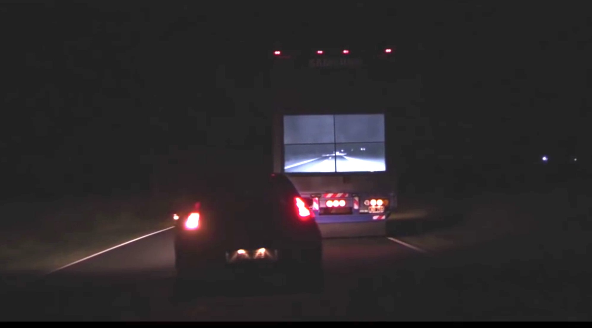 Überholen eines Samsung Safety Trucks bei Nacht: Auch bei Dunkelheit liefert das Display brauchbare Informationen.