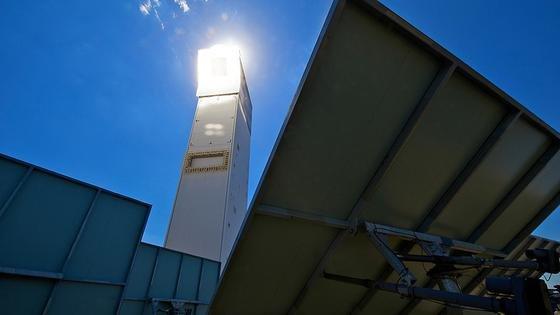 DLR-Turmkraftwerk in Jülich: Hier lässt sich Aluminium mithilfe von Sonnenenergie schmelzen. Die benötgten Temperaturen von etwa 700°C werden durch die Konzentration der Sonnenstrahlung mit Solarspiegeln erreicht.