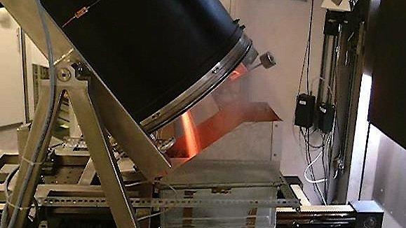 Versuchsanlage im DLR-Sonnenofen in Köln: Das eingefüllte Aluminium wird durch eine Drehbewegung stetig durchmischt und dadurch gleichmäßig erhitzt.