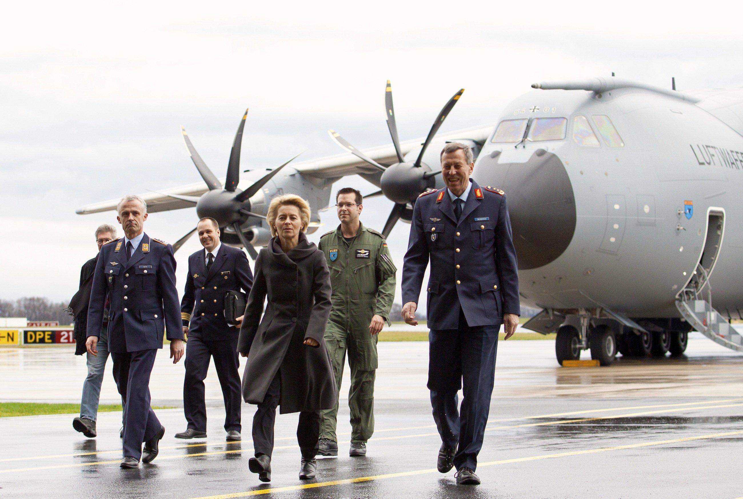 Bundesverteidigungsministerin Ursula von der Leyenbei der Ankunft des ersten A400M für die deutsche Luftwaffe im niedersächsischen Wunstorf. Nach dem Absturz eines A400M für die türkische Luftwaffe musste das Transportflugzeug am Boden bleiben.