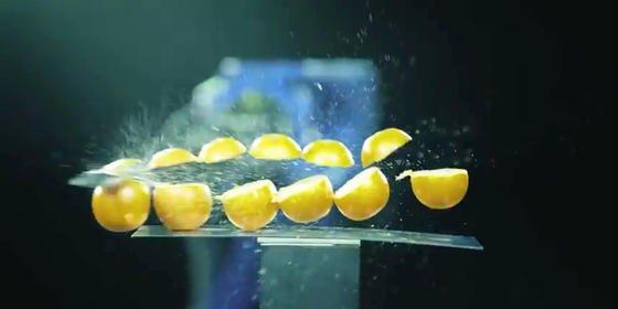 Sechs Orangen im Schnitt durch ein Samurai-Schwert: DerSamurai Isao Machii und der SchweißroboterMotoman-MH24 des MaschinenbauersYaskawa liefern sich ein begeisterterndes Duell in Sachen Präzision und Schlagkunst.