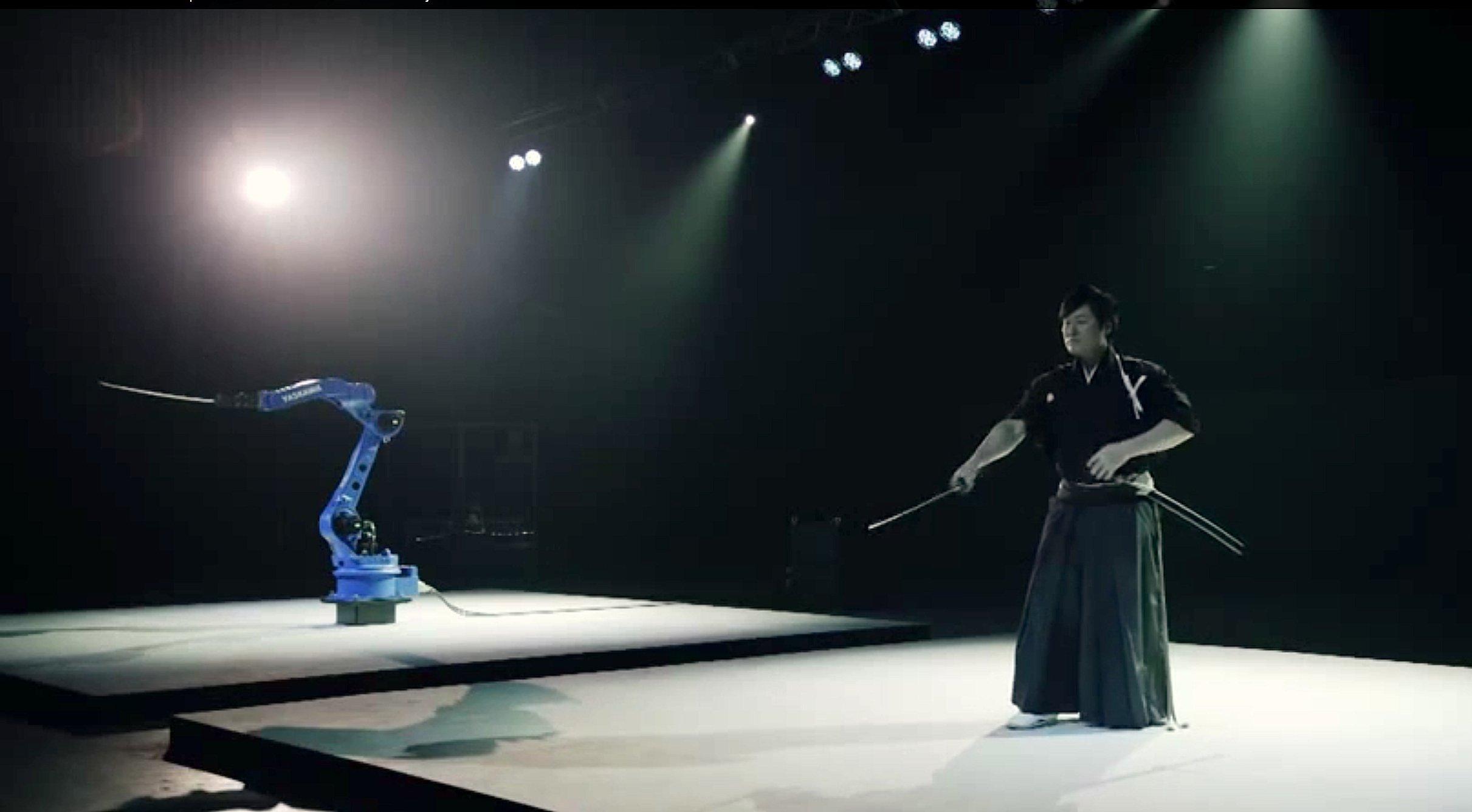 SchwertmeisterIsao Machii und derFabrikroboter Motoman-MH24 des japanischen MaschinenbauersYaskawa im Duell: Beide durchtrennten mit großer Präzision Früchte und Hölzer.