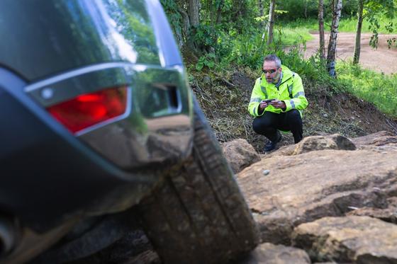 Über Stock und Stein kann der Besitzer seinen Range Rover per Smartphone steuern.