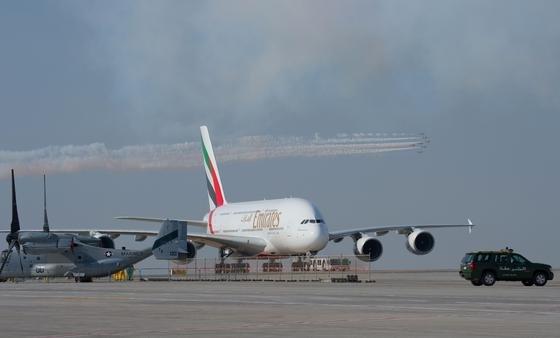 A380 der Fluggesellschaft Emirates in Dubai: Die Fluggesellschaft hat 140 A380 bestellt und fordert sparsamere Triebwerke. Jetzt hat sich Airbus-Deutschlandchef Klaus Richter in den VDI nachrichten für neue Triebwerke stark gemacht.