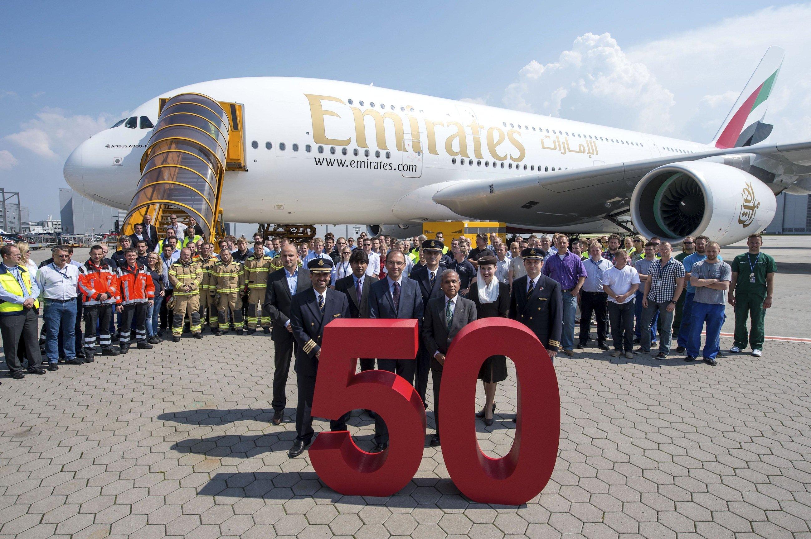 Im Juli 2014 hat Emirates in Hamburg den 50. Airbus A380 übernommen. 140 Exemplare hat die arabische Fluggesellschaft bestellt. Der größte A380-Kunde drängt Airbus, das Großraumflugzeug mit sparsameren Triebwerken auszurüsten. Offenbar mit Erfolg.