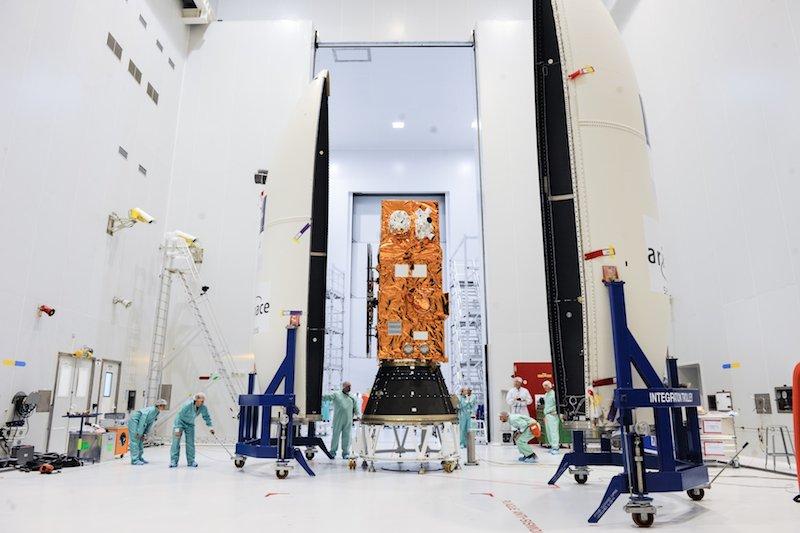 Sentinental-2A wird eingekapselt in die Vega-Trägerrakete. Das Foto entstand am 9. Juni 2015 auf dem europäischen Weltraumbahnhof Kourou in Französisch-Guayana.