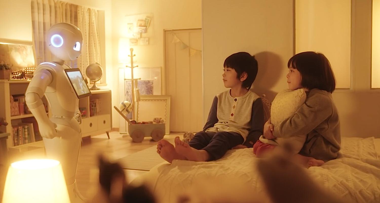 Pepper im Einsatz: Kinder gucken sich auf dem Tablet des humoiden Roboters vor dem Schlafengehen einen Film an.