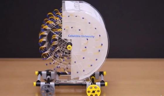 Mini-Auto mit Verdunstungsantrieb: Bakteriensporen auf den Plastikstreifen absorbieren Wasserdampf, werden dabei schwerer und bewirken somit eine Vorwärtsbewegung des Rads.