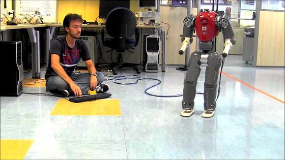 Test mit dem humanoiden Roboter COMAN in Italien: Forscher wollen Robotern, die mit Menschen zusammenarbeiten, ihre Kräfte besser einschätzen zu können.