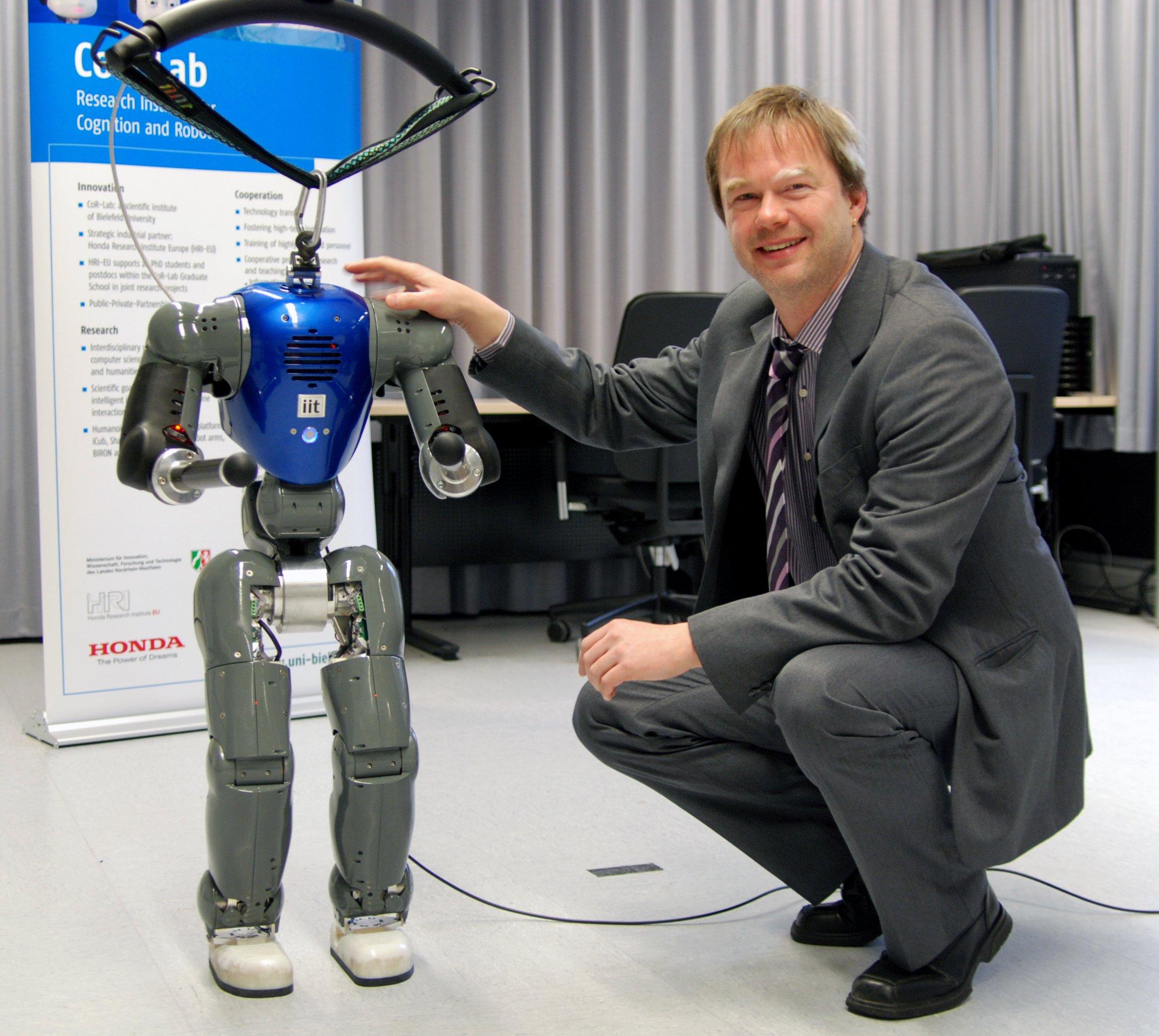 Der humanoide Roboter COMAN soll noch ein bisschen wachsen, damit er mit Erwachsenen interagieren kann. Professor Dr. Jochen Steil leitet das neue Forschungsprojekt.