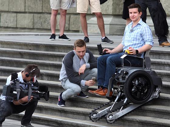Studenten der ETH Zürich haben einen Rollstuhl entwickelt, der ohne fremde Hilfe dank von Raupenketten auch größere Hindernisse überwinden kann.