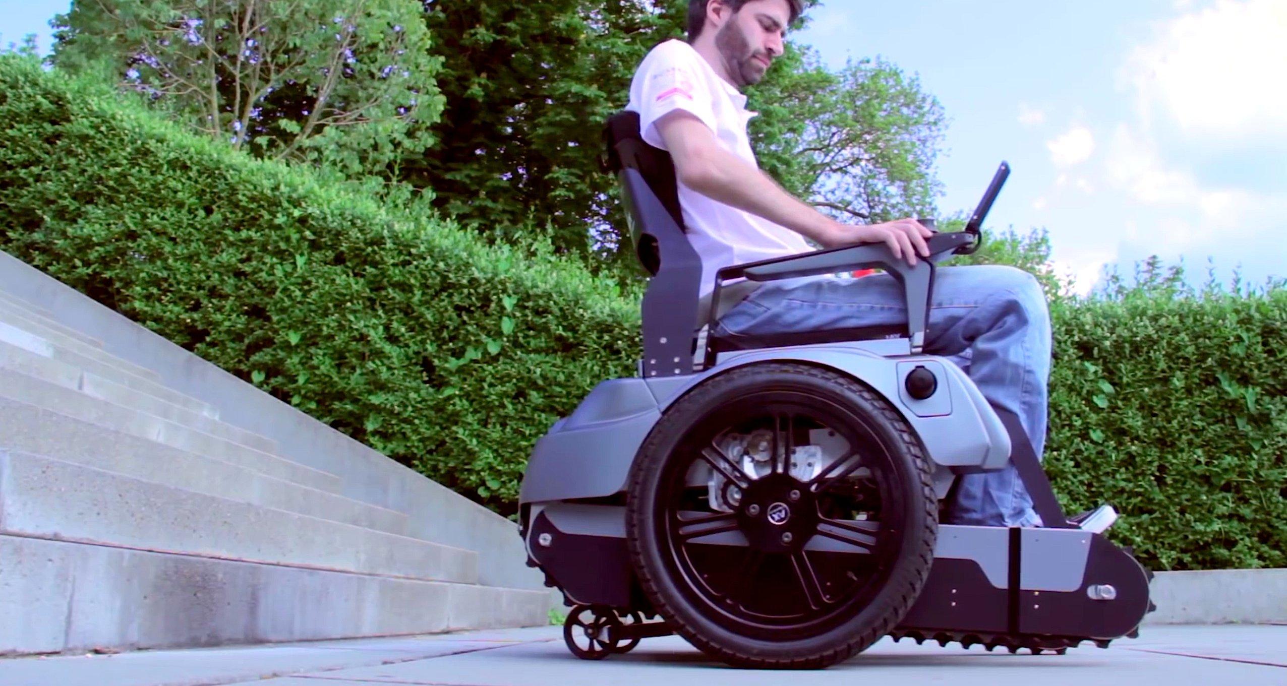 Kommt der Rollstuhlfahrer an einem Hindernis an, werden die Raupenbänder, die sonst unter dem Rollstuhl versteckt sind, zum Boden ausgefahren.
