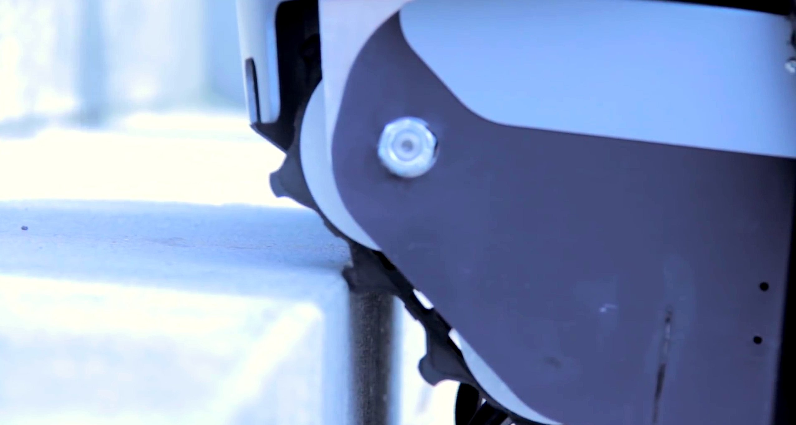 Die Gummibänder des RollstuhlsScalevo finden guten Halt auf Treppenstufen.