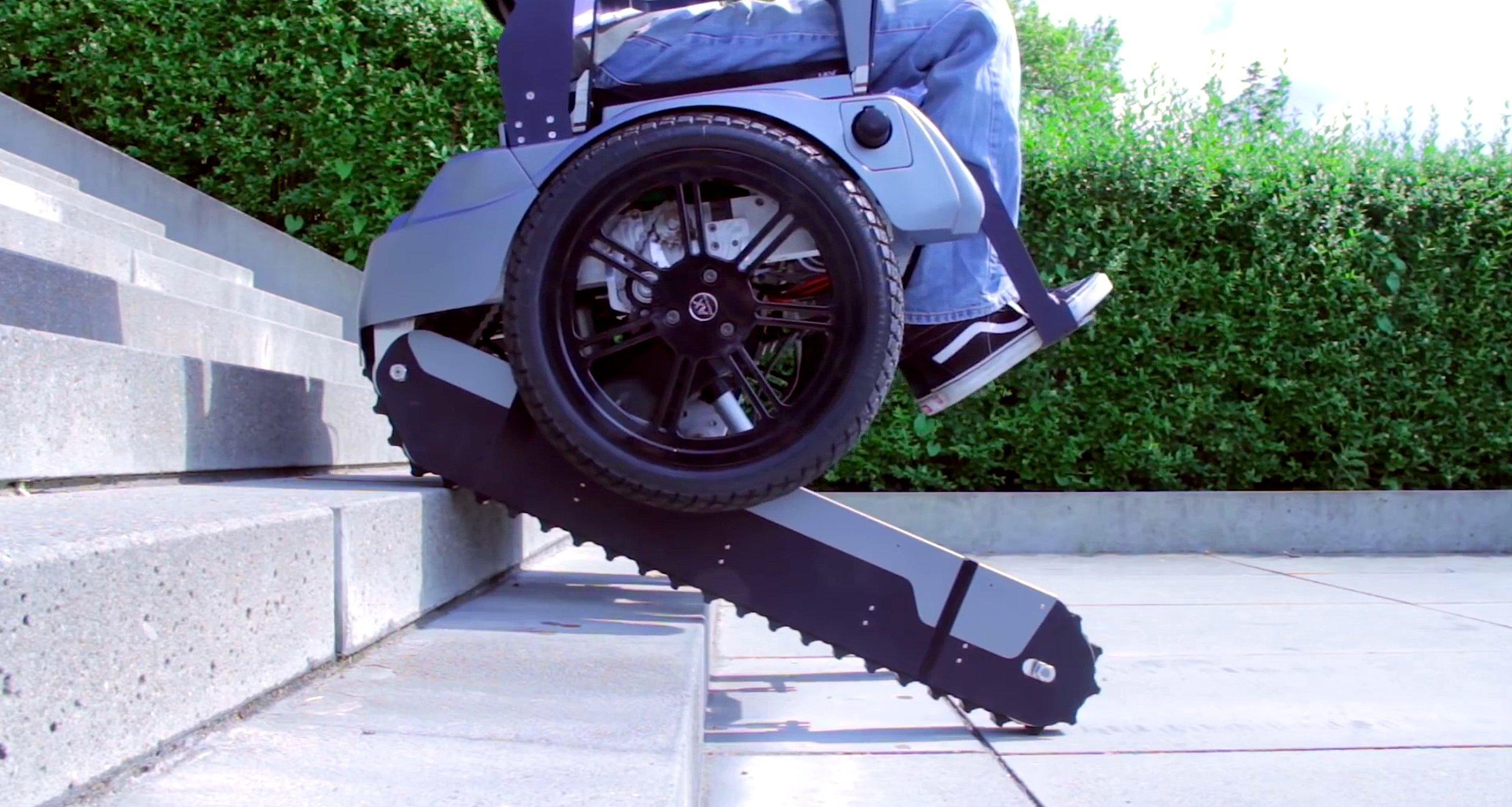 Die Raupenbänder aus Gummi finden auf Treppenstufen Halt und fahren den Rollstuhl langsam nach oben oder unten.