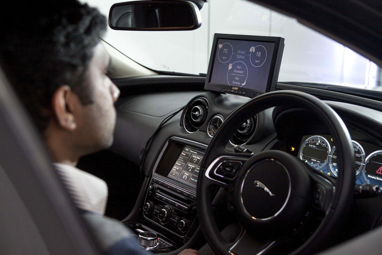 Ist der Fahrer konzentriert oder träumt er? Das findet der Bordcomputer im Forschungsfahrzeug von Jaguar Land Rover heraus. Er nutzt Sensoren im Lenkrad, die Hirnströme messen.